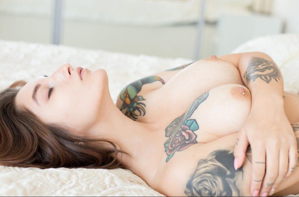 Молодая татуированная индивидуалка